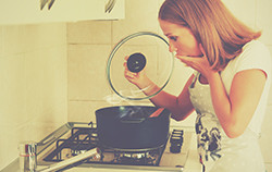 お酢や重曹が効果的? 頑固な鍋の焦げ付きを落とす素材別対処法