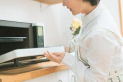 電子レンジの臭いの原因とおすすめ掃除方法を紹介
